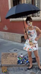 Эту девушку я встретил в центре Варшавы, она в платье из газет.  Вы можете фоткаться с ней, получить шарик и помочь ей путешествовать. На ёё табличке написано: «Собираю деньги на путешествие всей моей жизни в Азию»