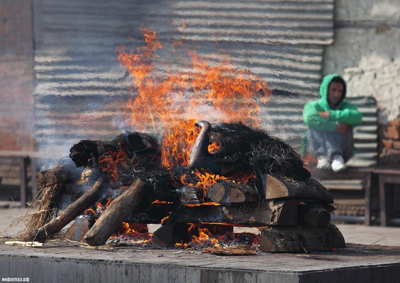 Pashupatinath_Temple_Cremation
