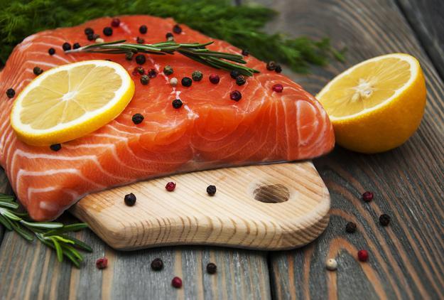 Как быстро разморозить рыбу и не потратить время впустую