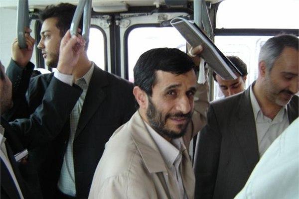Человек, 8 лет правивший Ираном, едет на работу на автобусе