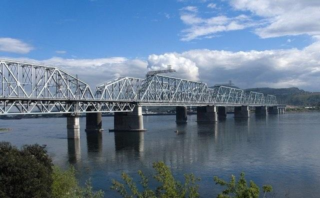 Zheleznodorozhnyjj_most_the_railway_bridge_over_the_Yenisei_in_Krasnoyarsk_Russia_view_from_the_left_bank