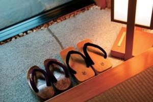 Почему запрещено заходить в дом в обуви
