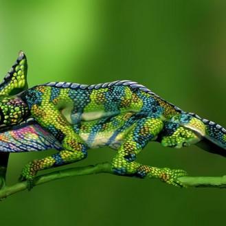 На самом деле этот хамелеон – это две разрисованные девушки