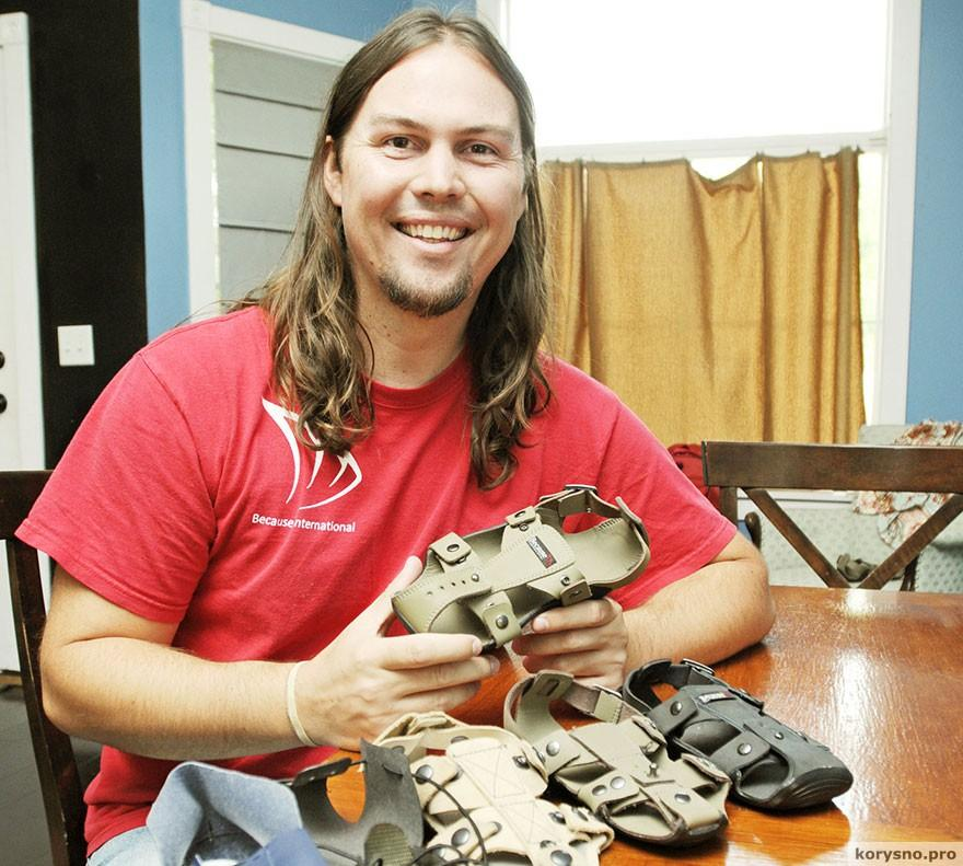 Парень изобрел детскую 5-размерную обувь для беднейших регионов планеты