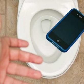 kak-ne-utopit-smartfon-ideya-dlya-teh-kto-ne-rasstayotsya-s-telefonom-dazhe-v-tualete