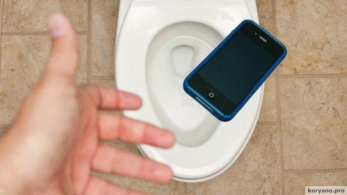 Как не утопить смартфон: идея для тех, кто не расстаётся с телефоном даже в туалете