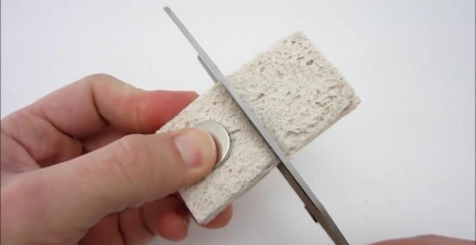 razrezh-gubku-i-votkni-v-nee-magnit-sekretnoe-oruzhie-protiv-trudnodostupnyh-mest-gotovo