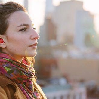 Эта штука вставляется в ухо и на лету переводит голос иностранцев
