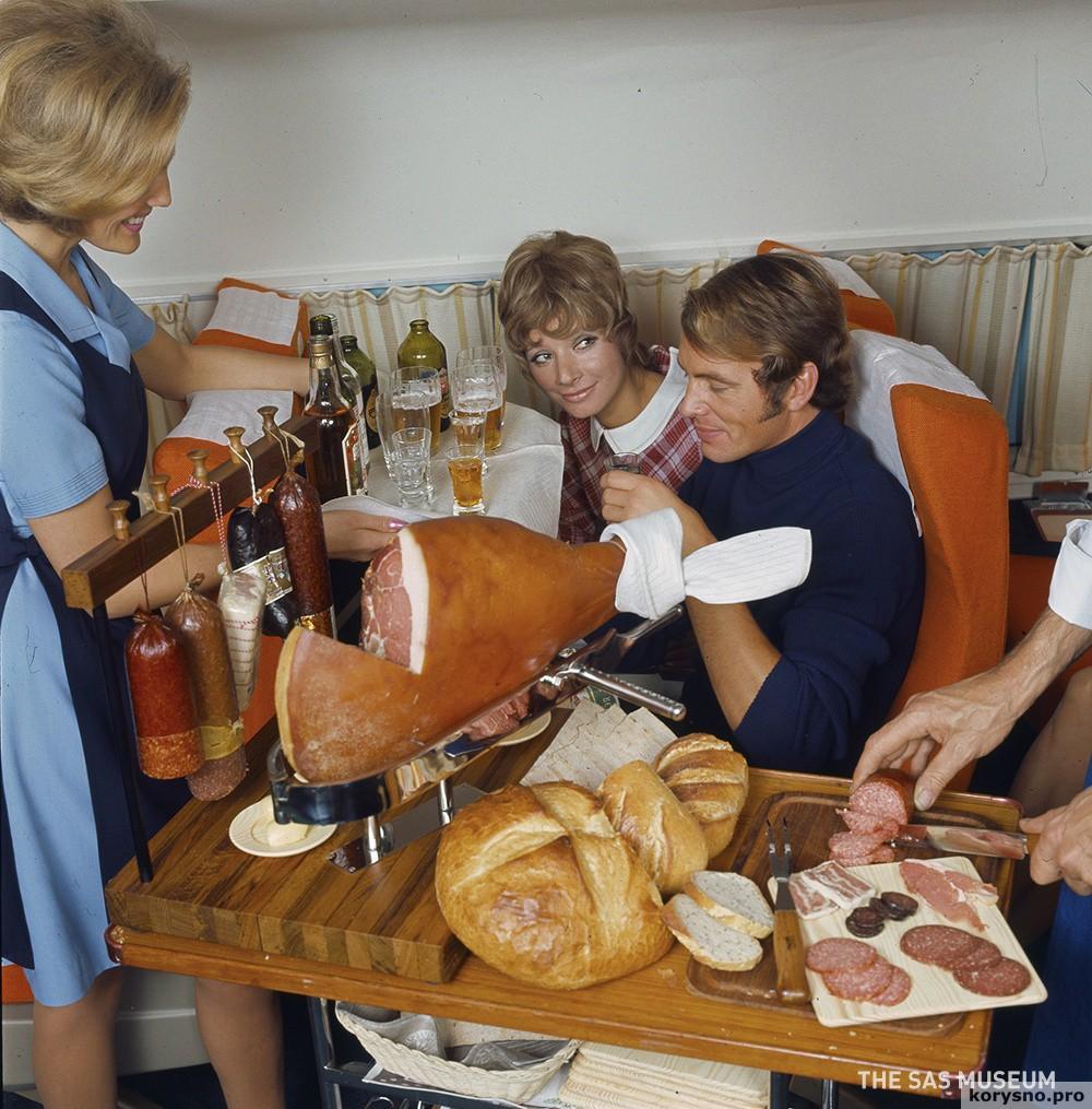 Чем кормили авиапассажиров полвека назад