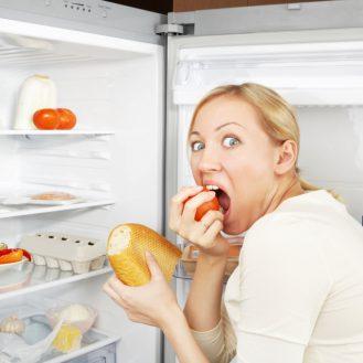 Самая вредная еда на ночь и почему хочется есть ночью