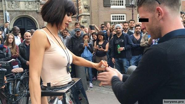 Эта девушка предложила прохожим потрогать свои половые органы. У меня нет слов!