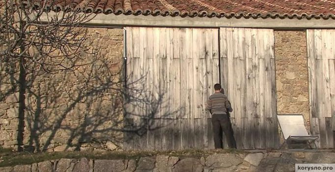 Этот парень живет с семьей в заброшенном коровнике. Когда он открыл дверь, я ахнул!