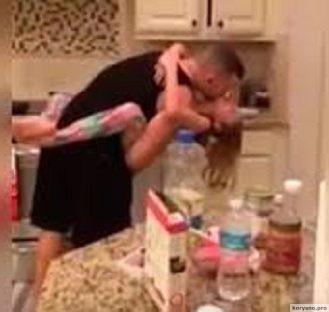 Она думала, что муж с дочерью готовят еду. Когда она зашла на кухню, то увидела это…