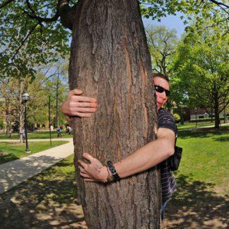 Врачи говорят, что вы должны обниматься с деревьями