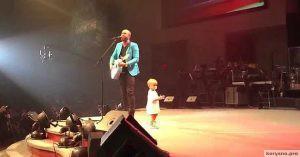 Малыш вышел на сцену, чтобы обнять папу. На 27 секунде он сделал то, от чего зал завизжал!