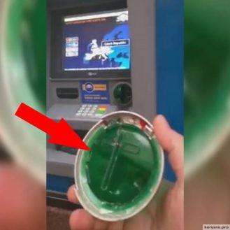 Этот мужчина решил снять немного денег. Но в последний момент заметил что-то странное...