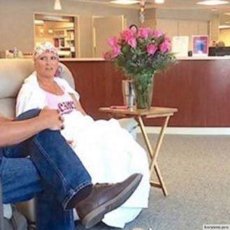 Ее муж привез ее на последнюю химиотерапию. А теперь внимание на букет роз!