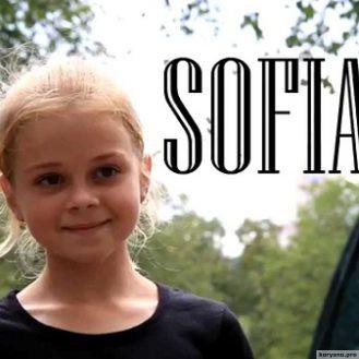 Когда эта 11-летняя блондинка с косичками поворачивается, зал уже ничто не может сдержать. Обалденно