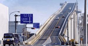Самый страшный мост в мире, который похож на американские горки