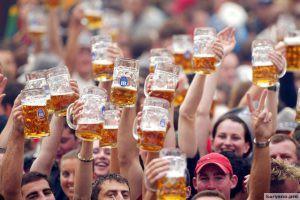 Обратная сторона Октоберфеста: 25 фото обычного дня на фестивале пива в Германии