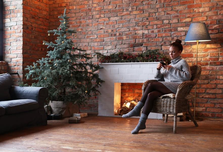 Красивая женщина в канун Рождества