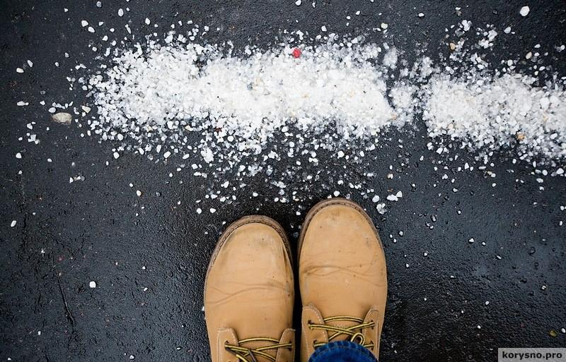 Как защитить обувь от реагентов и соли зимой