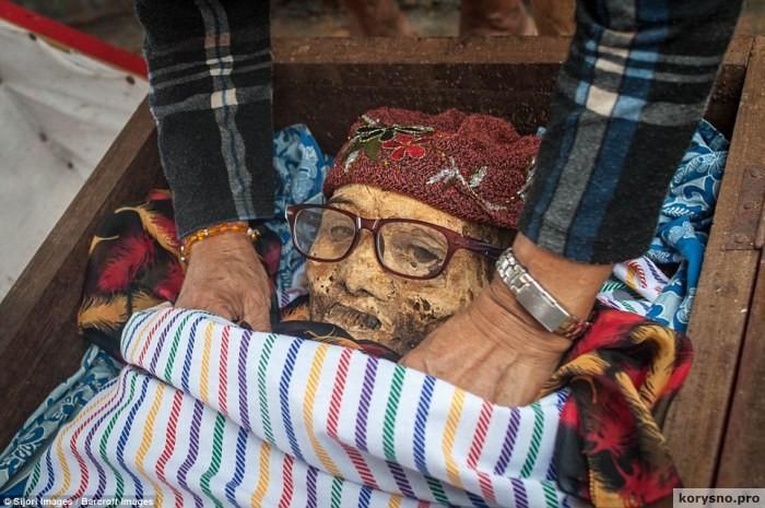 Индонезийская деревня, в которой откапывают трупы родственников, чтобы переодеть к празднику