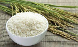 Набери рис в ложку и подожги его. Если увидишь это, есть его нельзя ни в коем случае