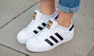 Как носить кроссовки женщинам за 35