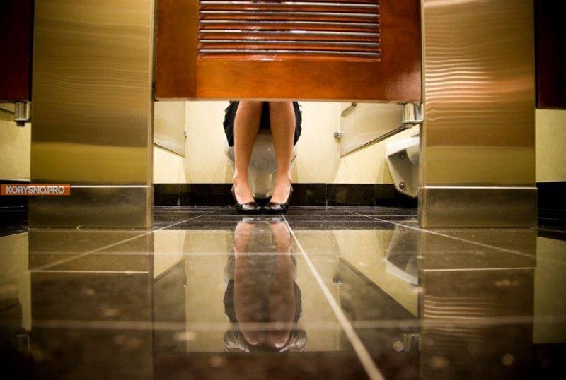 Деликатная тема: опасно ли садиться на ободок унитаза в общественных туалетах?
