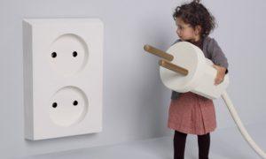 «Не суй пальцы в розетку!» Детская безопасность в доме: лайфхаки для мам