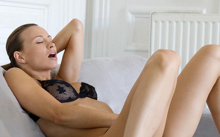 Долой, бессонница, головная боль и стресс: 10 причин заниматься мастурбацией, даже если ты в отношениях