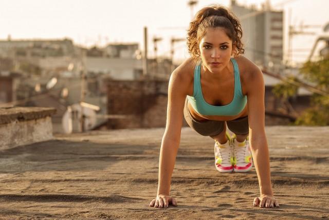 Как прокачать всё тело за полчаса: интенсивная тренировка без оборудования