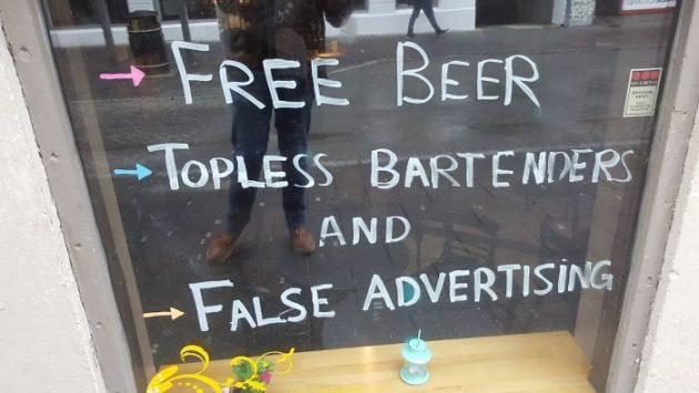 Бесплатное пиво, бармены топлес и лживая реклама: 18 смелых идей от баров и ресторанов